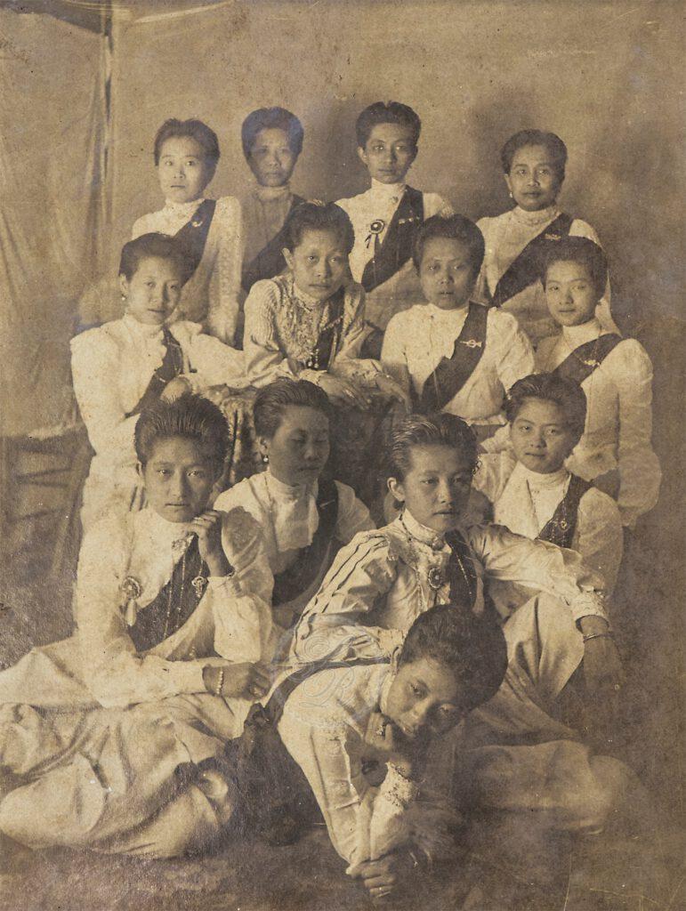 ภาพถ่ายหมู่เจ้าจอม ในงานนมัสการพระพุทธชินราช วัดเบญจมบพิตร รัตนโกสินทร์ศก ๑๒๓ (พุทธศักราช ๒๔๔๗)